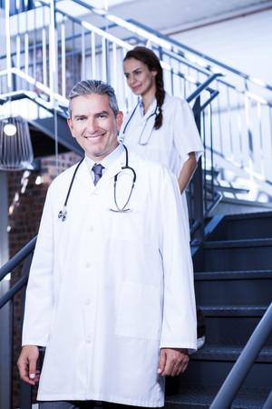 down stairs: Los médicos que recorren abajo de las escaleras en el hospital