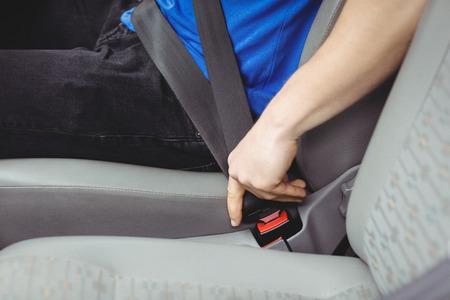 cinturón de seguridad: Hombre pandeo el cinturón de seguridad en una furgoneta