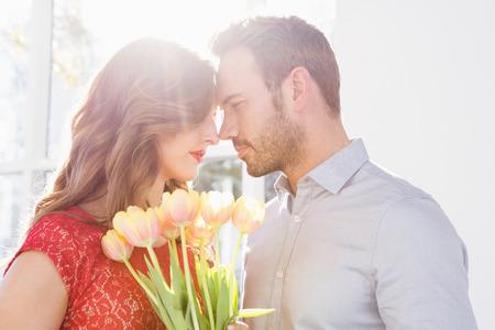 ramo de flores: Retrato de joven que ofrece ramo de flores a la mujer hermosa