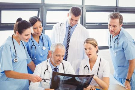 Ärzteteam ein x-ray-Bericht im Krankenhaus untersuchen