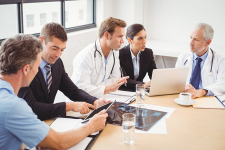 Medical team having a meeting in conference room in hospital Imagens - 53955582