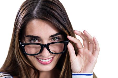 cabeza femenina: Retrato de la mujer sonriente llevando gafas de pie sobre fondo blanco