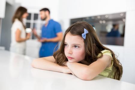desolaci�n: La muchacha triste se inclina en el vector contra el argumento de los padres en el hogar