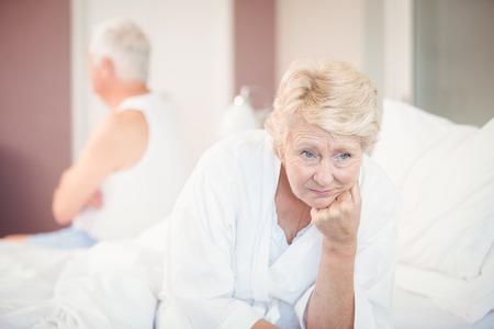 mujer en la cama: pareja de alto nivel tensa en la cama en su casa
