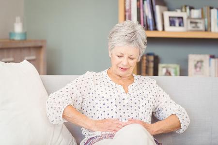 Ältere Frau leidet unter Magenschmerzen zu Hause