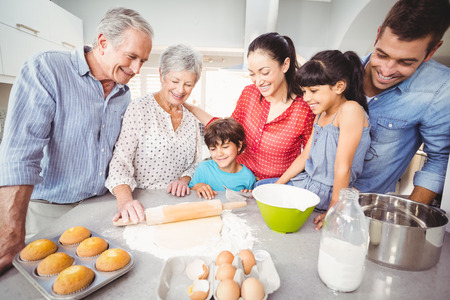 haciendo pan: Familia feliz haciendo pan en la cocina en el hogar
