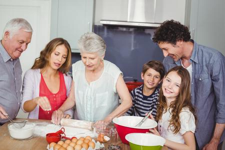 Gelukkige familie bereiden van voedsel in de keuken thuis