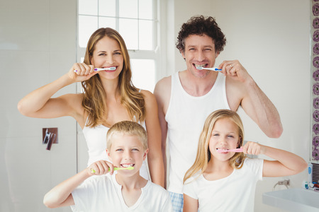 Portré, mosolygós, boldog családi fogmosás otthon