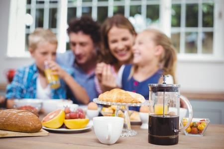 Close-up de la nourriture sur la table tout en famille heureuse en arrière-plan à la maison