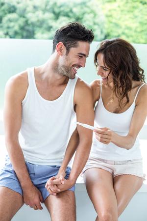 pregnancy test: Pares felices con la prueba de embarazo en el hogar