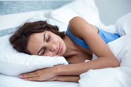 Взрослая женщина спит дома фото 9-749