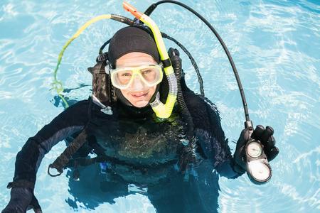 Portrait der jungen Frau auf Tauchtraining im Schwimmbad Standard-Bild