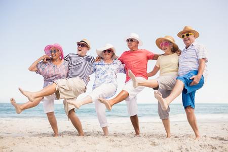 femmes souriantes: amis aînés heureux dansant sur la plage Banque d'images