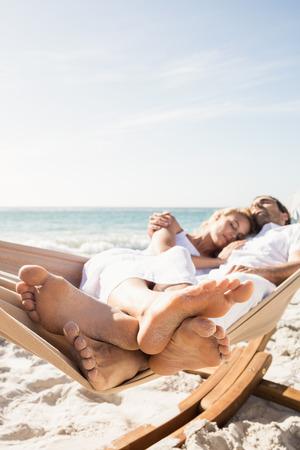 hamaca: Pares que duermen en hamaca en la playa