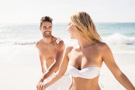 Jeune couple tenant les mains sur la plage Banque d'images - 54338159