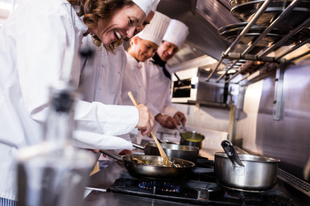 Grupo de chef preparando la comida en la cocina de un restaurante Foto de archivo - 54391134