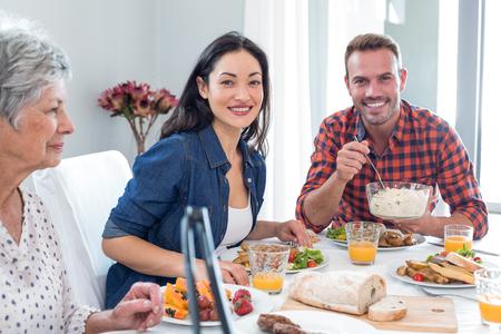tomando refresco: Familia feliz que tiene el desayuno en la ma�ana