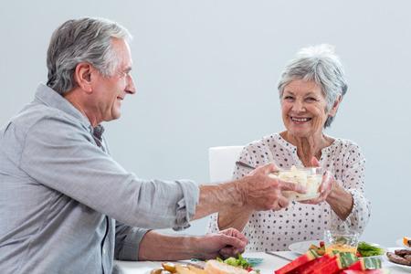 tomando refresco: Pareja de ancianos de desayunar en la ma�ana