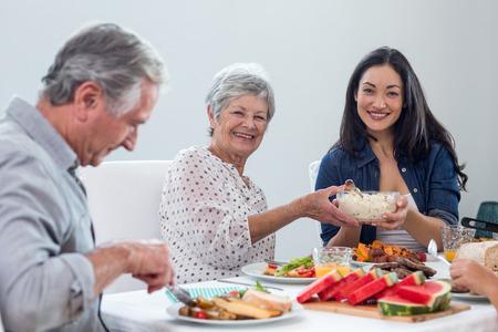 tomando refresco: Familia feliz que tiene el desayuno en la mañana