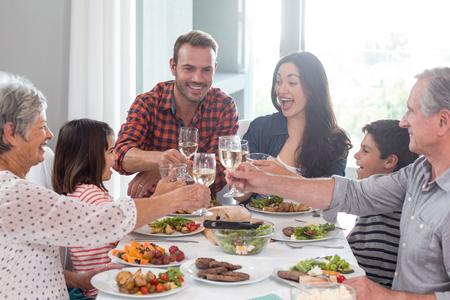 assis famille à table à manger ayant un repas