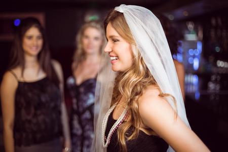 bachelorette party: Mujer que celebra su despedida de soltera en un club nocturno