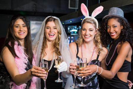despedida de soltera: Amigos celebrando la despedida de soltera en un club nocturno Foto de archivo