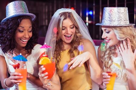 bachelorette party: Las ni�as celebran despedida de soltera en un club