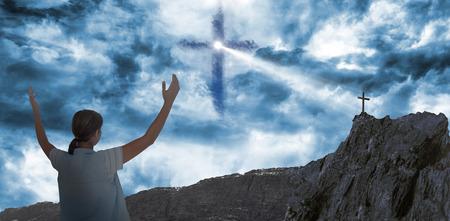 manos levantadas al cielo: La mujer en los casuals con las manos levantadas sobre fondo blanco contra cruz forma s�mbolo de la religi�n en el cielo