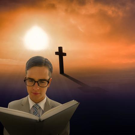 predicador: Geeky predicador lectura de la biblia negro contra la forma de cruz s�mbolo de la religi�n sobre el cielo del atardecer