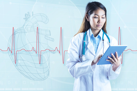 signos vitales: Doctor asi�tico que usa la tableta contra la ilustraci�n de solera detr�s de una l�nea latidos del coraz�n Foto de archivo