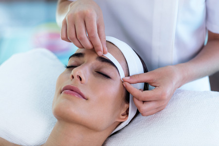 personal grooming: Woman getting her eyebrows shaped at spa Stock Photo