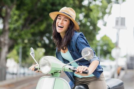 도시에서 오토바이에 앉아있는 여자의 초상화