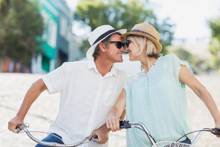 pareja besandose: feliz pareja a punto de besar en la ciudad