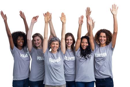 manos levantadas: Retrato de voluntarios felices de pie con las manos levantadas en el fondo blanco