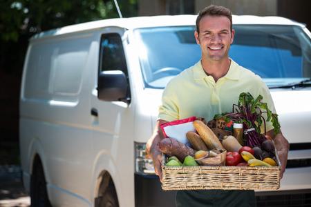 Gelukkig man het leveren van online kruidenier orde