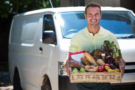 hombre feliz entrega de orden de comestibles en línea