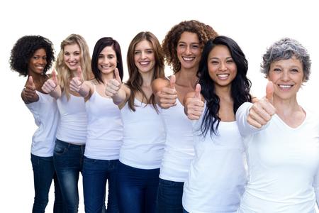 las mujeres multiétnico feliz de pie en una línea y mostrando los pulgares hacia arriba sobre fondo blanco