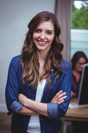 Portret van mooie vrouw met de armen gekruist thuis Stockfoto