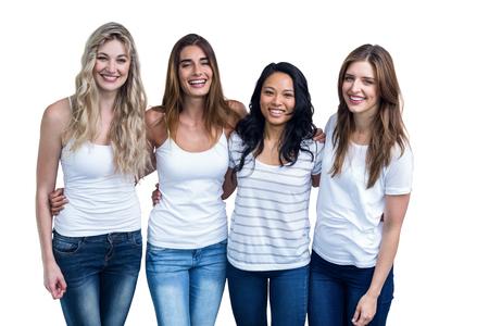 les femmes multiethniques, debout, ensemble avec le bras autour sur fond blanc