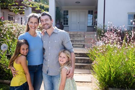 Portrait der Familie zusammen auf Garten Weg stehen