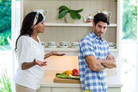 argumento: Pareja joven en una discusi�n en la cocina