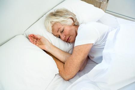 mujeres maduras: Vista de ángulo alto de la mujer mayor que duerme en cama en su casa