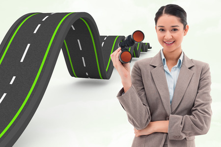 mujer mirando el horizonte: Retrato de una mujer de negocios con binoculares contra el fondo verde Foto de archivo
