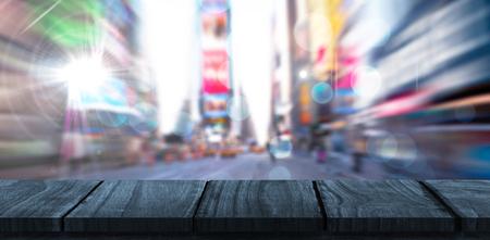 흐릿한 뉴욕 거리에 나무 책상