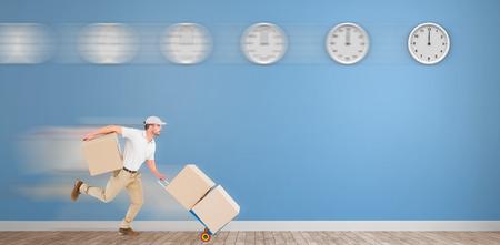 sala parto: Uomo di consegna con il carrello di scatole in esecuzione di fronte a orologi in una stanza blu