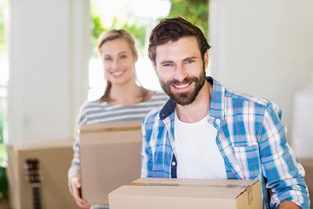 cajas de carton: Retrato de cajas de cartón pareja cogidos de jóvenes en su nueva casa