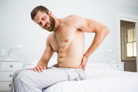 Mann Von Rückenschmerzen Im Bett Leiden Im Schlafzimmer Lizenzfreie ...