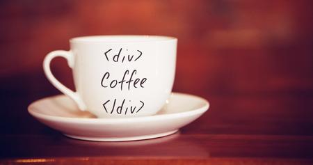 frase: La condena contra taza y plato de la mesa de café