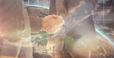 manos unidas: La gente de negocios d�ndose la mano contra el fondo holograma