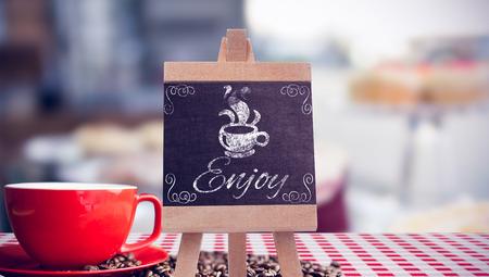 oracion: taza de caf� y granos de color naranja sobre una sentencia Foto de archivo